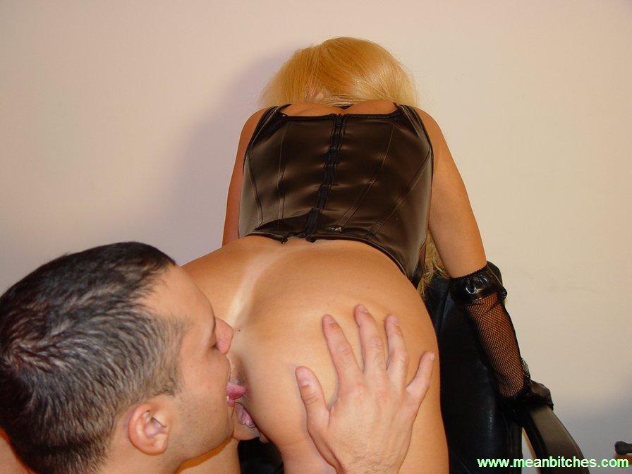 seks-blondinka-bolshoy-popoy